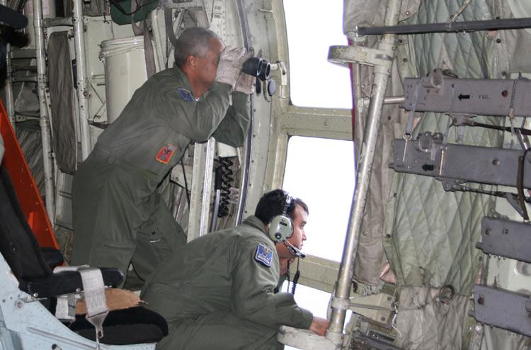 Hercules C130 a la recherche des debris